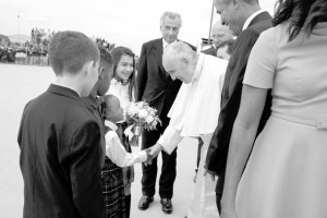 Young girl meets Pope Francis during a ceremony after his speech at the White House. President Barack Obama is standing nearby. First Lady Michelle Obama has her back to the camera. Photo courtesy of White House/Twitter